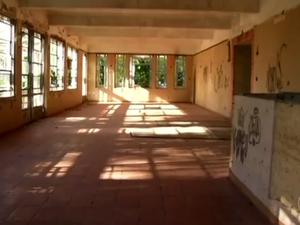 Muros foram pichados e janelas estão quebradas (Foto: Reprodução/TV Rio Sul)