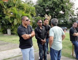 Ex-jogadores comparecem ao enterro do atacante Alex Alves (Foto: Sérgio Pinheiro/TV Bahia)