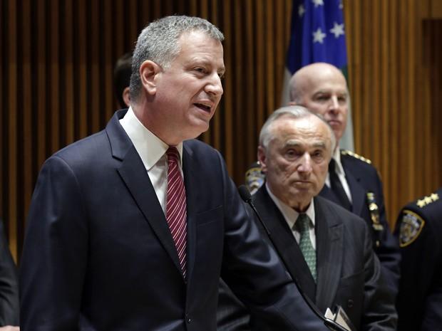 O prefeito de Nova York, Bill de Blasio (à esquerda), durante entrevista coletiva nesta segunda-feira (5) (Foto: Richard Drew/AP Photo)