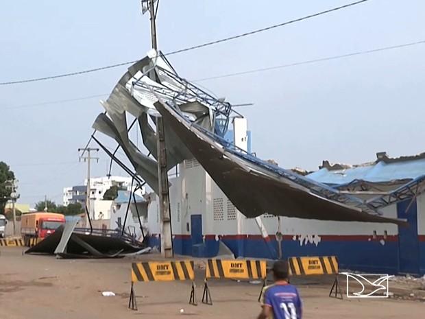 Em Balsas, destroços de cobertura de estádio põem em risco populares (Foto: Reprodução/TV Mirante)