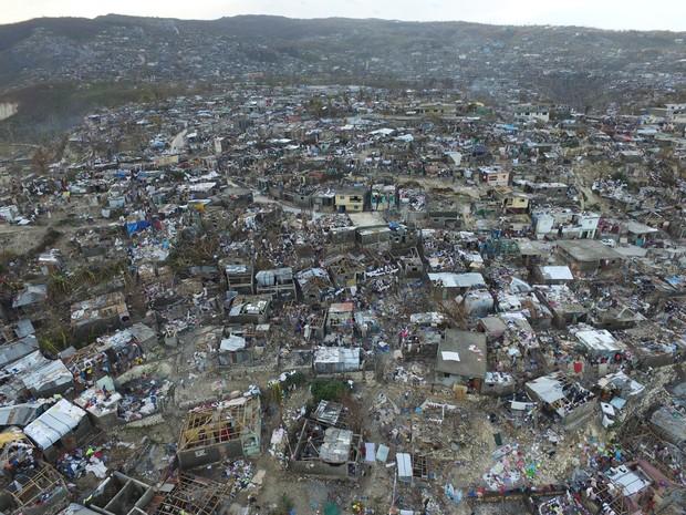 Imagem aérea da cidade de Jeremie, no oeste do Haiti, devastada pelo furacão Matthew (Foto: Nicolas Garcia / AFP)