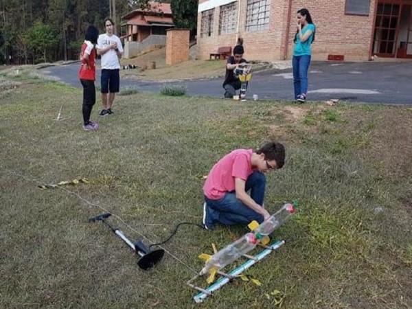 Em evento promovido pela Olimpíada Brasileira de Astronomia e Astronáutica, em Barra do Pirái (RJ) estudantes preparam lançamento de foguetes de garrafas PET (Foto: Divulgação/Olimpíada Brasileira de Astronomia e Astronáutica)