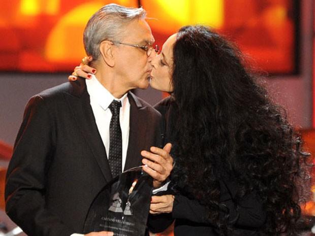 Caetano Veloso ganha 'selinho' de Sônia Braga ao receber prêmio em festa pré-Grammy Latino nesta quarta-feira (14) em Las Vegas (Foto: Powers Imagery/Invision/AP)