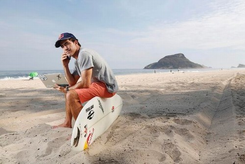 Foto (Foto: Carlos Burle em seu escritório na praia - Foto: Camila Maia)