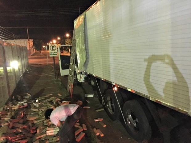 Droga estava escondido em fundo faldo na carroceria do caminhão, diz polícia (Foto: Divulgação/ PRF)