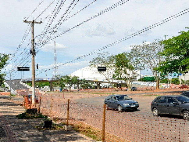 Trecho da avenida sob elevado não foi concluído e motoristas têm de fazer desvio pelo Centro Político. (Foto: Ana Cláudia Guimarães / G1)