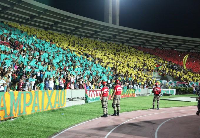 Torcida do Sampaio no Estádio Castelão faz mosaico (Foto: De Jesus/O Estado)