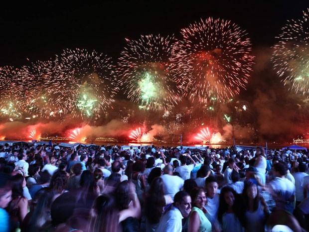 Queima de fogos em Copacabana teve trilha sonora da animação Rio (Foto: Rodrigo Gorosito/G1)