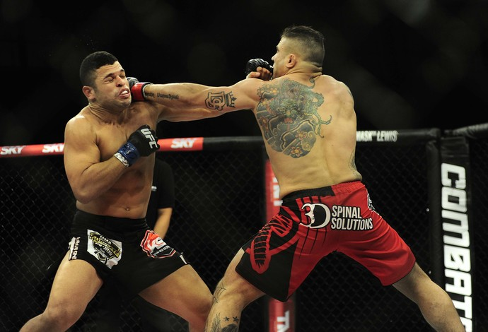 Sarafian acerta Junior Alpha no UFC Barueri (Foto: Marcos Ribolli)