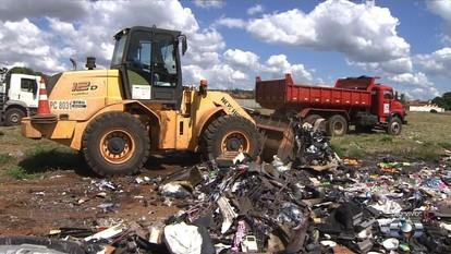 Moradores reclamam de lixão no Setor Santos Dumont, em Goiânia