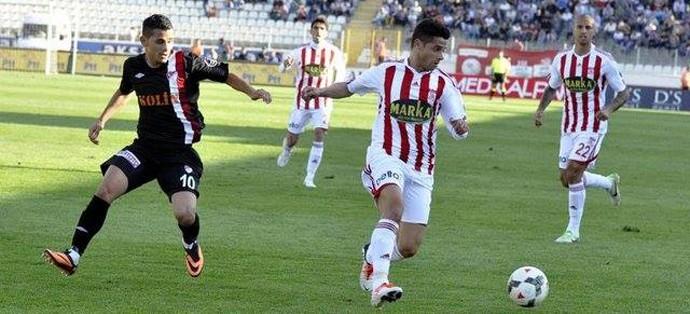 Cicinho em ação pelo Sivasspor da Turquia  (Foto: Divulgação)