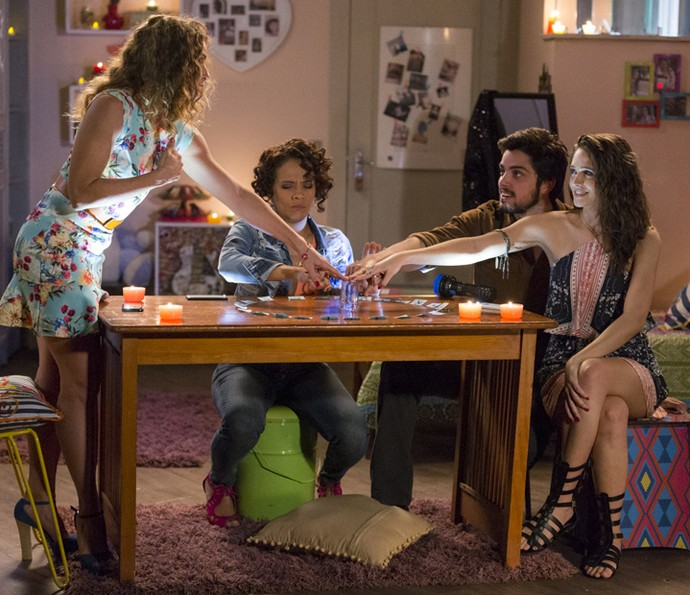 Lurdinha, Kátia fazem a brincadeira do copo com Cassandra e Lucas (Foto: Ellen Soares/Gshow)