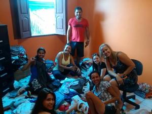 Voluntários da ONG Anjos Protetores organizando o Brechó Solindário (Foto: Anjos Protetores/Divulgação)