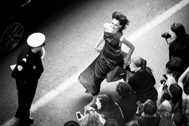Inés de la Fressange correndo em Cannes (Foto: Getty Images)