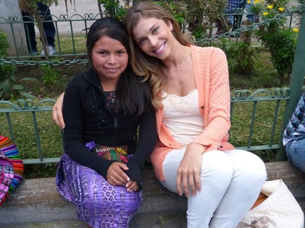 Grazi se comoveu com menina que acreditou que ela estava procurando Cassiano (Foto: Flor do Caribe/ TV Globo)