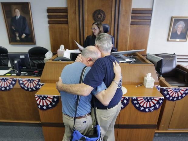 Gerald Gafford (dir.) conforta seu marido, Jeff Sralla, diante da juíza Amy Clark Meachum no momento em que ela autoriza que os dois, juntos há 28 anos, oficializem a união no final de semana. Sralla começou a chorar de emoção no momento da aprovação (Foto: Eric Gay/AP)