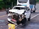Jovem morre e prima fica gravemente ferida em colisão entre moto e táxi