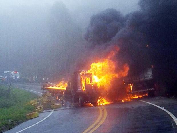 Veículos pegaram fogo após batida (Foto: José Maria Gobbo/ Internauta)