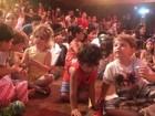 Crianças lotam teatro para assistir  ao show da Playgrude, na Fliquinha
