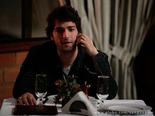Fabinho fala com Natan ao telefone e ouve muito do chefe (Foto: Sangue Bom/ TV Globo)