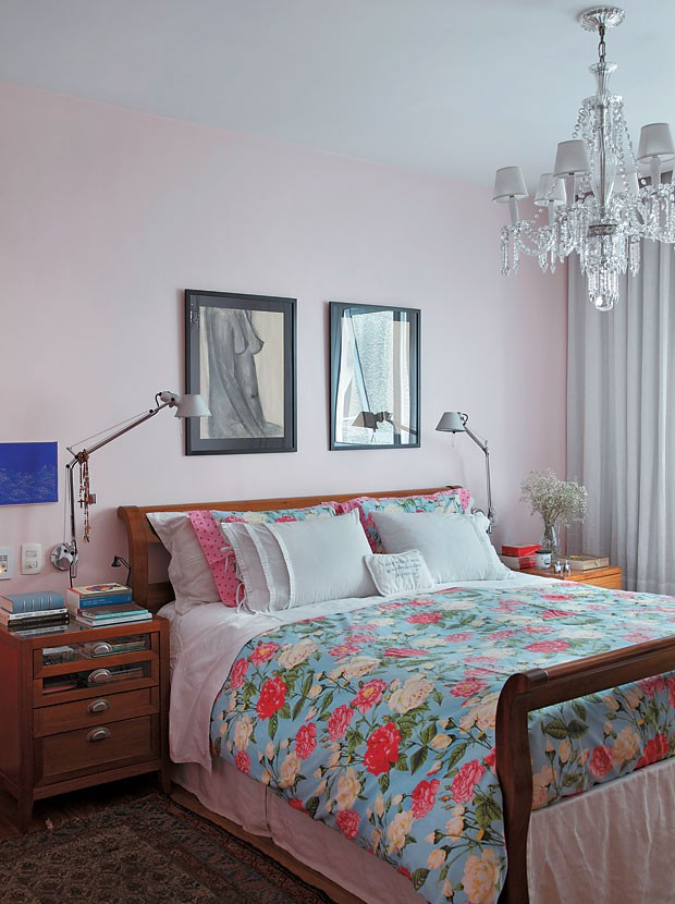 apartamento-duplex-Fernanda-Pessoa-de-Queiroz-quarto-criado-mudo-lustre (Foto: Denilson Machado/MCA Estúdio/Editora Globo)