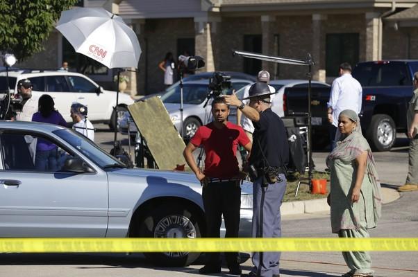 Policiais e equipe de televisão acampam em frente ao templo em Oak Tree nesta segunda-feira (Foto: AP Photo/Jeffrey Phelps)