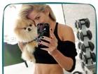 Karina Bacchi mostra o 'tanquinho' em selfie com cachorro