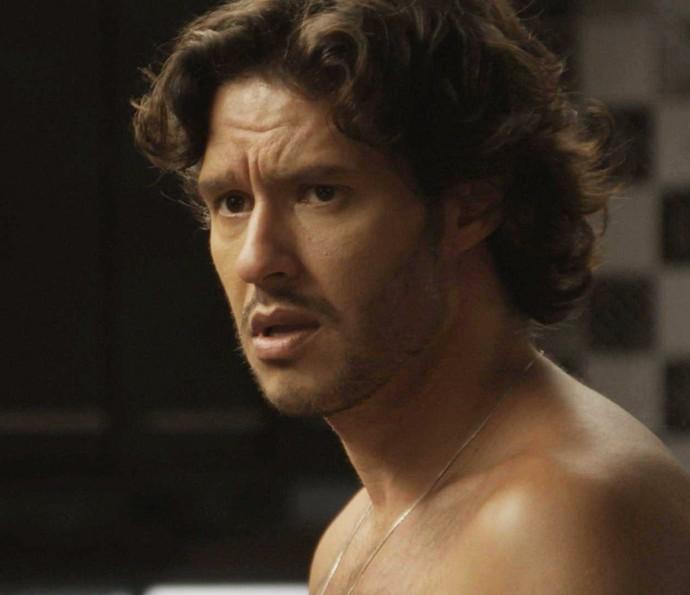 Henrique fica todo sem graça diante do amigo (Foto: TV Globo)