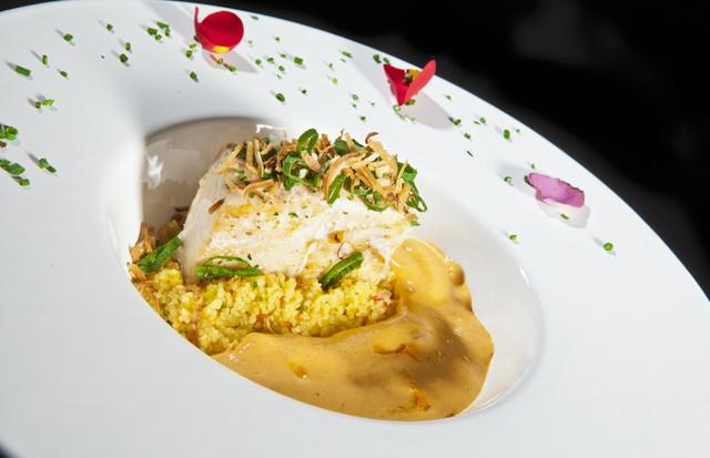 Amarelo: pescada com couscous marroquino e leite de coco com castanhas (Foto: Divulgação/ Rojo Criatividade Gourmet)