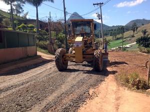 Máquinas realizarão drenagem e recapeamento em Água Quente (Foto: Robson Oliveira)