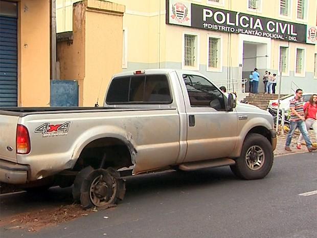 Empresário só parou após o pneu da caminhonete estourar na Rodovia Antônio Machado Sant'Anna (Foto: Paulo Souza/EPTV)