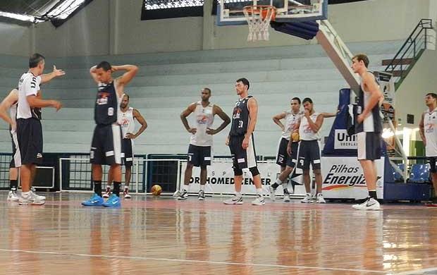 Treino basquete Uberlândia UTC (Foto: Felipe Santos/GLOBOESPORTE.COM)