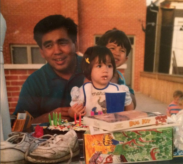 A atriz Chloe Bennet com o pai durante a infância (Foto: Instagram)