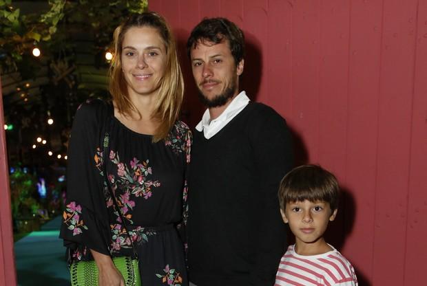 Carolina Dieckmann com o marido Tiago Worckmann e o filho José (Foto: Felipe Assumpção/Agnews)