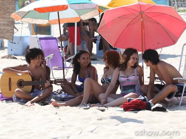 Gui curte o dia na praia com os amigos  (Foto: Carol Caminha / TV Globo)