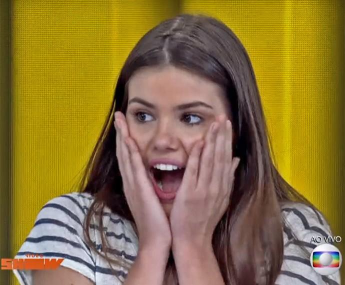 Camila Queiroz vibra ao ganhar sorvete no 'Vídeo Show' (Foto: Vídeo Show / TV Globo)