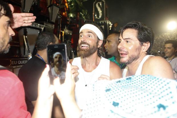 Reynaldo Gianecchini com Ricardo Tozzi após o desfile da Grande Rio (Foto: Anderson Barros / EGO)