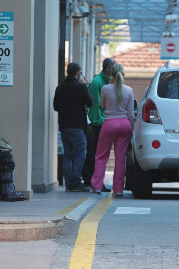 Andressa Urach é flagrada entrando no Hospital em SP (Foto: Paduardo / AgNews)
