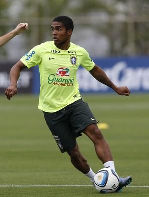 Douglas Costa e Oscar treino seleção brasileira (Foto: André Mourão / MoWA Press)