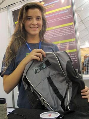 Alice Fontes, de 17 anos, do RJ, criou uma mochila inteligente que apita se tiver muito peso (Foto: Vanessa Fajardo/ G1)