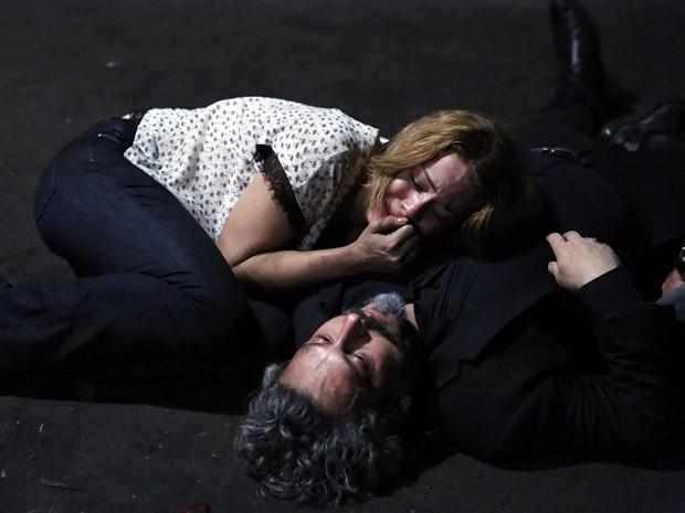 Cristina chora diante do corpo de Zé (Foto: Ellen Soares/Gshow)