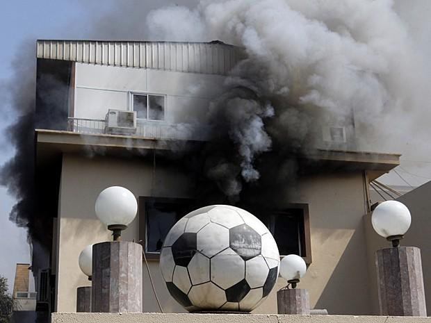 Sede da Federação Egípcia de Futebol é tomada por fumaça densa e chamas após torcedores atearem fogo em protesto a sentença de pena de morte (Foto: Amr Nabil/AP)