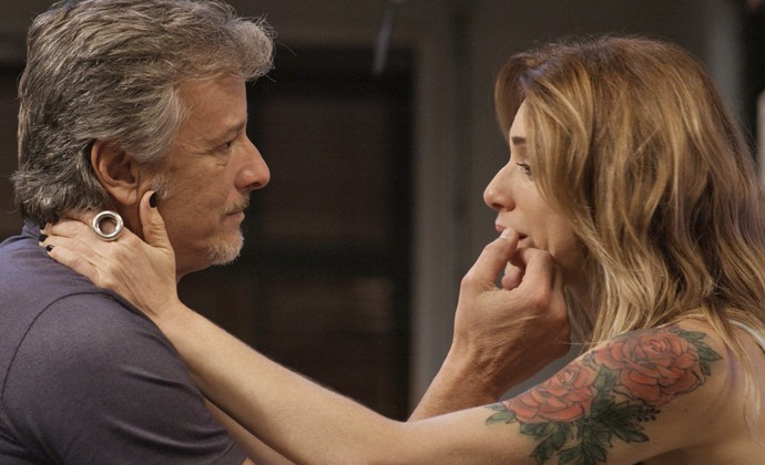 Italiano é compreensivo e se oferece para ajudar a loira (Foto: TV Globo)
