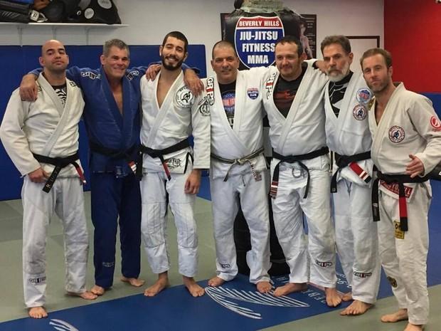 Scott Caan e os lutadores de jiu-jitsu que ganharam a faixa preta (Foto: Divulgação)