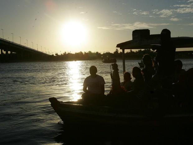 Passeio de barco é uma das opções para apreciar pôr do sol na Barra do Ceará. (Foto: Miguel Portela/Agência Diário)