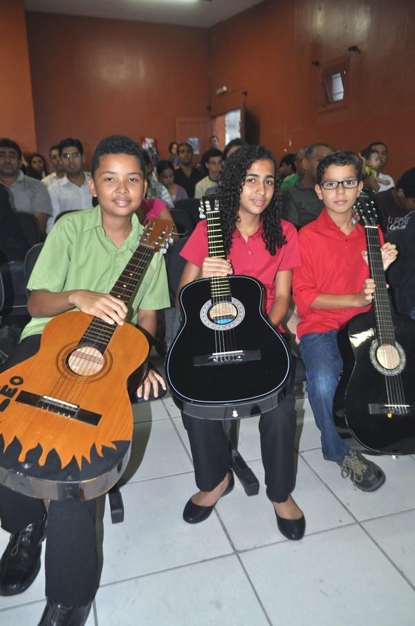 Crianças em aula de violão (Foto: reprodução - Prefeitura de Guarujá)