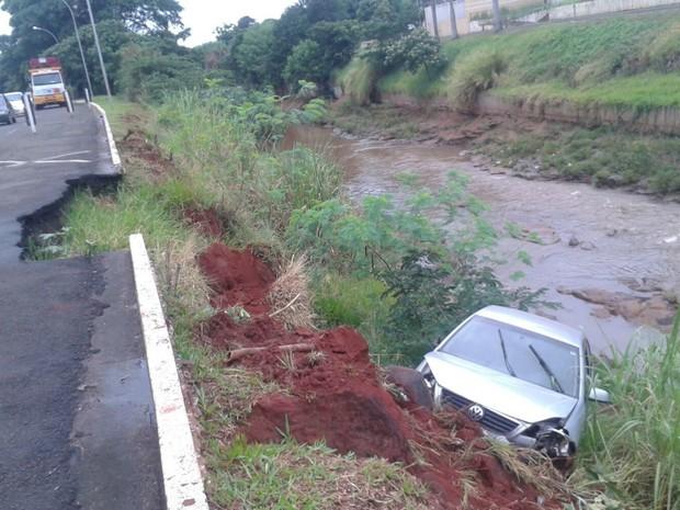 Veículo caiu em buraco e foi parar em barranco (Foto: Osvaldo Nóbrega/ TV Morena)