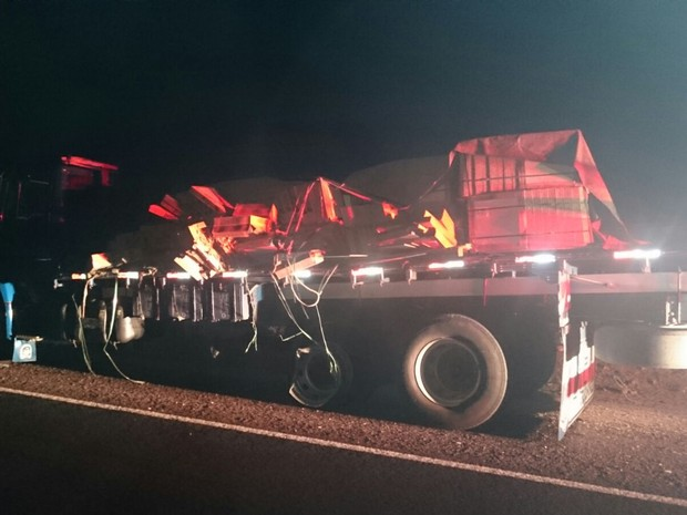 Caminhão colidiu com outro que transportava carga de cerâmica (Foto: Divulgação/ PRF)