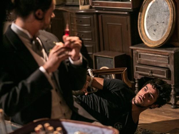 Haroldo prepara veneno para Cobra (Foto: Raphael Dias / Gshow)