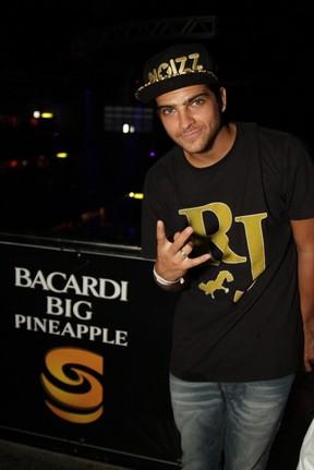 Bernardo Mesquita em show no Rio (Foto: Udo Kurt/ Foto Rio News)